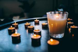 Kerzen auf dem Tisch angezündet foto