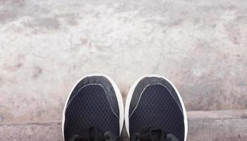 Draufsicht auf lässige schwarze Schuhe
