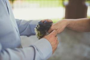 Person im blauen Anzug hilft mit Korsett foto