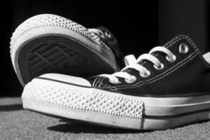 Nahaufnahme von schwarzen Low-Top-Schuhen