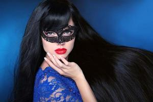 schönes gesundes Haar. Schönheitsfrau in Maske mit luxuriösem