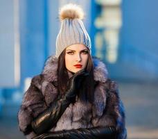 Frauenpelzmantel und schwarze Lederhandschuhe! foto