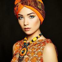 Porträt junge schöne Frau mit Halskette foto