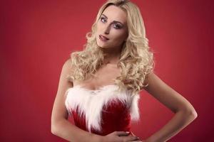 schöner Weihnachtsmann an der roten Wand
