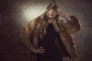 blondes Mädchen mit Wintermode-Stil foto