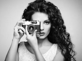 Porträt der schönen Frau mit der Kamera foto