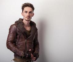attraktiver junger Mann in Lederjacke.