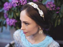 Porträt der Vintagen Frau mit einem Stirnband