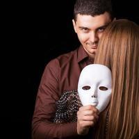 Modemann, der ein weißes Maskengesicht hält. psychologisches Konzept.