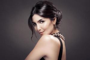 Modeporträt der schönen Frau. dunkler Hintergrund. foto