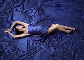 junge Schönheitsfrau im blauen Kleid.