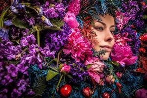 Märchenmädchenporträt umgeben von natürlichen Pflanzen und Blumen.