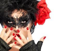 Schönheitsmodefrau mit eleganter Maske. rote Lippen und Maniküre