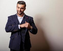 eleganter junger hübscher Mann im klassischen dunkelblauen Kostüm.