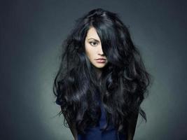 schöne Dame mit dunklen Haaren