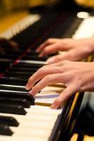 Hand eines Klavierspielers foto