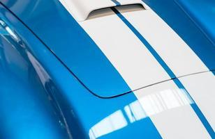 blau-weiß gestreifte Motorhaube eines Oldtimers foto