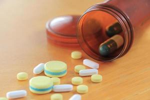 Medizin auf Holztisch foto