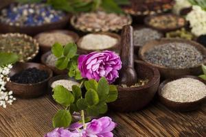 alternative Medizin, getrocknete Kräuter Hintergrund foto