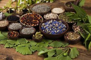 Naturheilmittel, Kräutermedizin und Holztisch Hintergrund foto