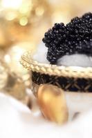eleganter schwarzer Kaviar auf Eis. foto