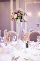 Hochzeitstisch wunderschön dekoriert foto