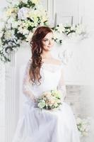 Porträt der schönen Braut. Hochzeitskleid. Dekoration foto