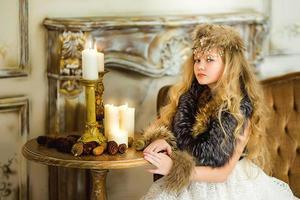 das Mädchen in Pelzkleidung foto