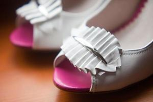 Sommer Damenmode Sandale auf weißem Hintergrund foto