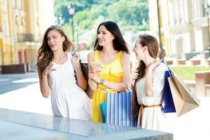Glücksfall für Shopaholics. drei attraktive junge Mädchen, die Taschen halten foto