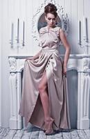 junge schöne Frau im wunderschönen Seidenkleid foto