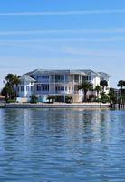 Millionen Dollar Luxus dreistöckiges Haus am Wasser foto
