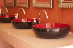 Wasserhahn und Toilette Innenarchitektur.