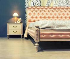 schönes Bett in typisch zeitgemäßer Umgebung