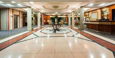 Innenraum einer Hotelrezeption foto