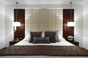 Innenarchitektur: großes modernes elegantes Schlafzimmer foto