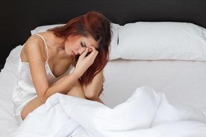 Frau hält ihren Kopf mit Stress, Sorge, psychischen Problemen foto
