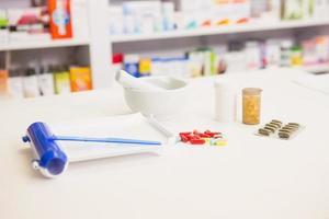 Nahaufnahme von Pillen und Mörser foto