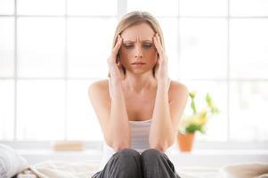 schreckliche Kopfschmerzen fühlen. foto