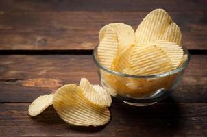 Kartoffelchips in einer Holzschale foto