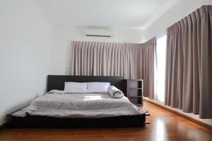 schönes Schlafzimmer mit Licht durch das Fenster foto