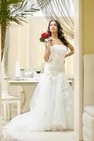 Bild der eleganten Braut, die im Restaurant aufwirft