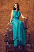 Modefrau mit Koffern foto