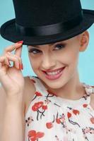 schöne junge Frau mit extravaganter schwarzer Mütze foto