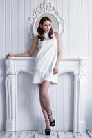 junge schöne Frau im weißen kurzen Kleid foto