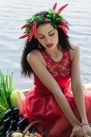 schöne Frau in einem roten Kleid foto