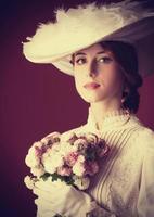 schöne rothaarige Frauen mit Blumenstrauß