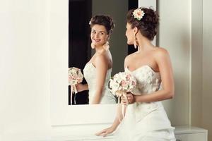 Braut in der Nähe von Spiegel foto