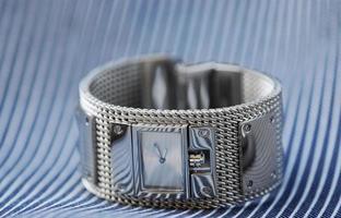 luxuriöse weibliche Uhr auf einem Stahlhintergrund foto