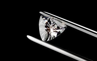 Diamant in der Pinzette